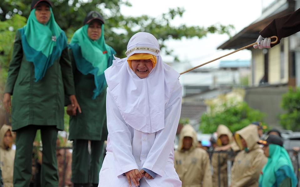 Για να μην ξεχνιόμαστε. Με το αγόρι της ήταν η κοπέλα της φωτογραφίας, λίγο πιο κοντά  όμως  από όσο θεωρούν οι αστυνομικοί του θρησκευτικού νόμου ότι θα έπρεπε και γι' αυτό τιμωρήθηκε με 23 βουρδουλιές δημοσίως στην  Banda Aceh.  AFP / CHAIDEER MAHYUDDIN