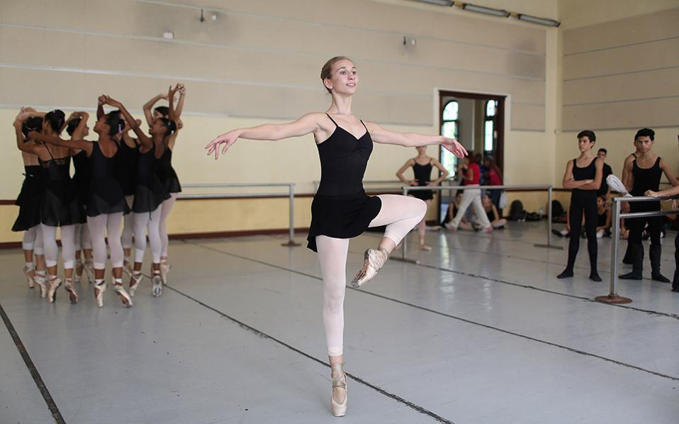 Μια Αμερικανίδα στην Αβάνα. Άφησε πίσω της μερικές από της διασημότερες σχολές χορού του κόσμου, η εικονιζόμενη Catherine Conley και αποφάσισε ότι αυτό που χρειάζεται για να ολοκληρωθεί ως χορεύτρια είναι η παράδοση της Κούβας. Ετσι, έγινε η πρώτη Αμερικανίδα μαθήτρια στο National Ballet School (ENB) της Αβάνας, απολαμβάνοντας όχι μόνο την τεχνική αρτιότητα αλλά τον ρομαντισμό και  το πάθος της σχολής. REUTERS/Alexandre Meneghini
