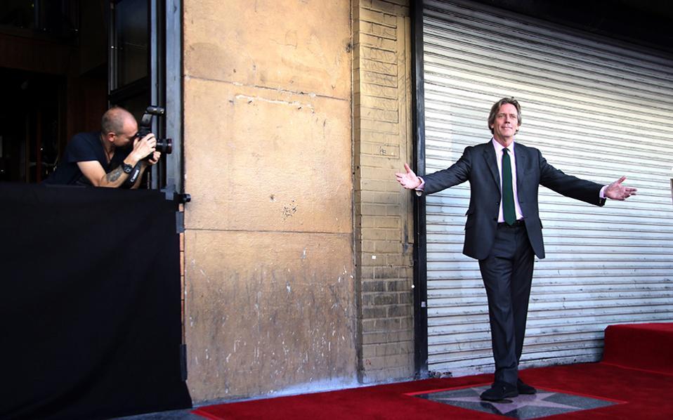 Τον γνωρίσατε; Χωρίς τα γένια μερικών ημερών και μακριά μαλλιά βρέθηκε ο Βρετανός ηθοποιός Hugh Laurie να ποζάρει κατενθουσιασμένος στο ολόδικό του αστέρι και με αριθμό σειράς  2.593 στο Hollywood Walk of Fame. EPA/MIKE NELSON