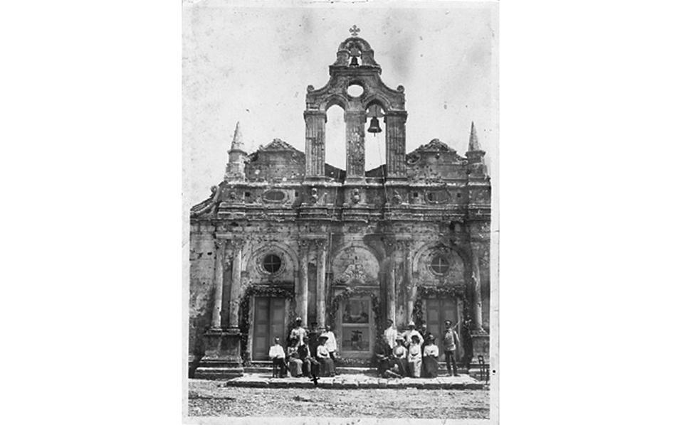 Kλεμανσώ, πρωτότυπη φωτογραφία 1903 ή 1904 μπροστά στην εκκλησία του Aρκαδίου.