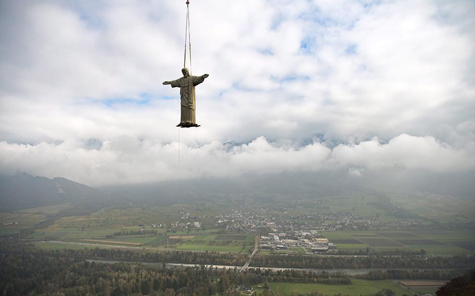 Ευλογώντας την ελβετική γη. Το άγαλμα του Χριστού του Λυτρωτή έχουμε συνηθίσει να το βλέπουμε στην κορυφή του βράχου πάνω στο Ρίο ντι Τζανέιρο. Από εδώ και πέρα, ένα πολύ μικρότερο αντίγραφό του, με ύψος 11 μέτρων , θα βρίσκεται στον λόφο  Guschastein της Ελβετίας. EPA/GIAN EHRENZELLER
