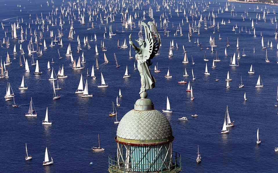Λευκές πινελιές. Ένα από τα πιο όμορφα λιμάνια της Μεσογείου έγινε η αφετηρία για την  ρεγκάτα Barcolana, κάνοντας το μπλε της Τεργέστης να «σπάσει» από τα λευκά και ασημένια πανιά των σκαφών.  REUTERS/Stefano Rellandini