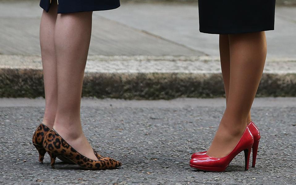 Το παραπάνω. Είναι γνωστό ότι όλες σχεδόν οι γυναίκες που έχουν βρεθεί στην εξουσία (πολιτική ή οικονομική) έχουν υιοθετήσει μια στολή που μοιάζει λίγο ή πολύ με το ανδρικό κοστούμι. Οι εικονιζόμενες (εν μέρει) πολιτικοί δεν αποτελούν εξαίρεση. Μόνο που ως γυναίκες, θέλουν το παραπάνω, και βγάζουν το άχτι τους στα παπούτσια. Η φωτογραφία είναι από την συνάντηση της Βρετανής Πρωθυπουργού Theresa May (με λεοπάρ γόβα) με την Πρόεδρο της Kροατίας Kolinda Grabar-Kitarovic, στο νούμερο 10 της  Downing Street.  AFP / Daniel Leal-Olivas