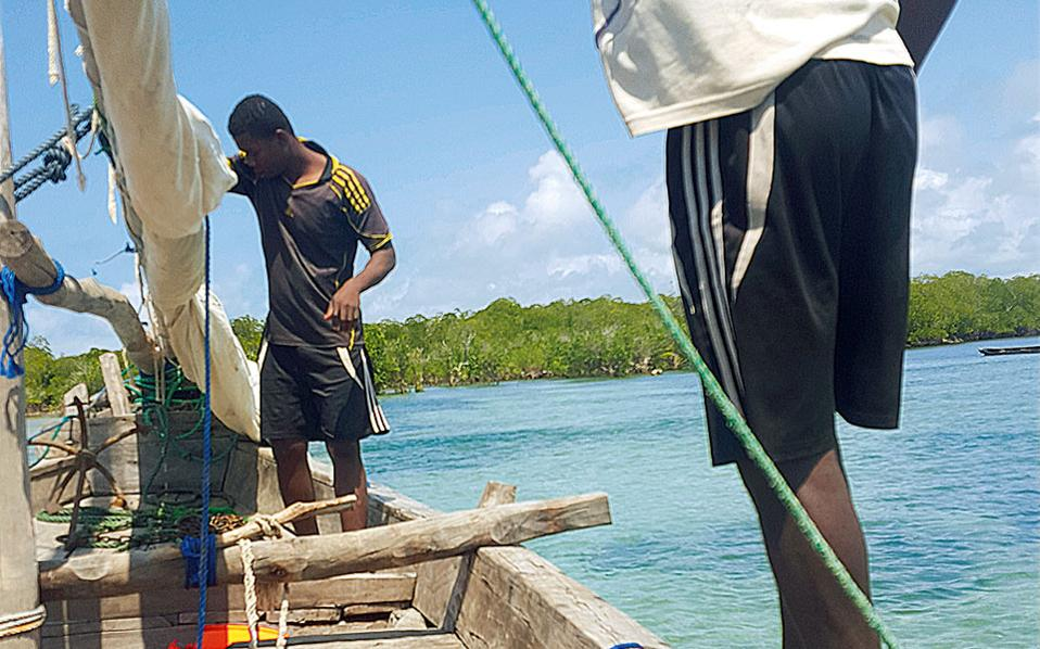 Αναζητώντας, με το παραδοσιακό σκαρί dhow, ένα νησάκι που λόγω παλίρροιας εμφανίζεται μόνο για 4 ώρες την ημέρα.