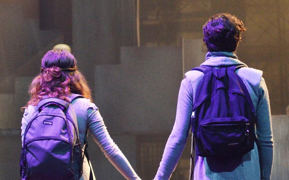 Οι δύο έφηβοι με τα σχολικά σακίδια στην πλάτη «παρουσιάζουν» τους ρόλους, με έναν τρόπο, σαν να τους περιγράφουν.
