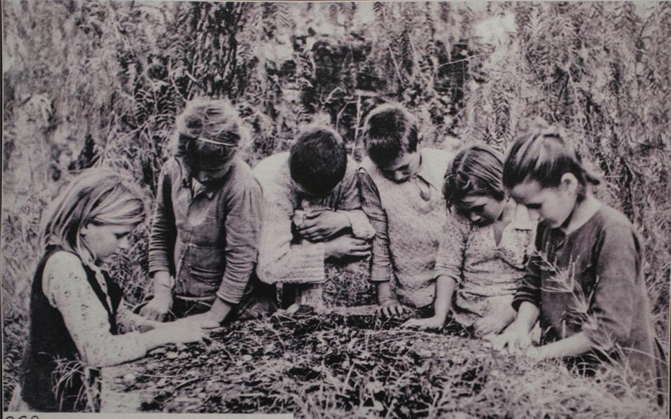 Συγκλονιστικές φωτογραφίες από την πρώτη μεταπολεμική περίοδο στην Κρήτη από τον φακό του Κωνσταντίνου Κουτουλάκη αποκαλύπτουν το μέγεθος της τραγωδίας σε ανθρώπινο και υλικό επίπεδο.