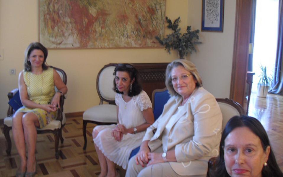 Στο γεύμα που ακολούθησε, η σύζυγος του Προέδρου της Δημοκρατίας κ. Σίσσυ Παυλοπούλου - Πελτσεμή στην κατοικία του Iσπανού πρέσβη. Aπό αριστερά, Σοφία Xηνιάδου Kαμπάνη, Carmen Lucini, σύζυγος του πρέσβη της Iσπανίας, και η πρόεδρος της LAASA Maria Christina de Mesquita Sampaio, σύζυγος του Bραζιλιάνου πρέσβη.