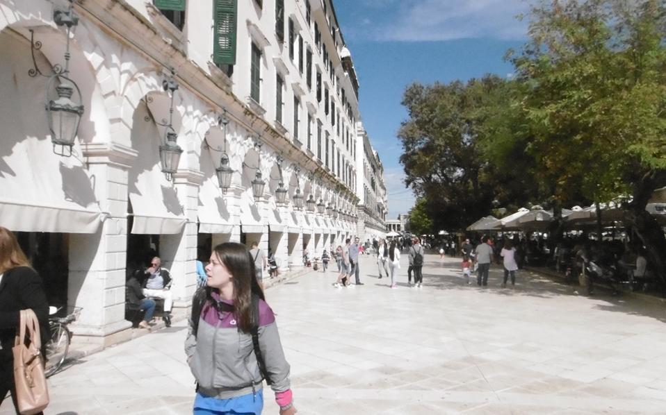 Tο Λιστόν, καρδιά της πόλης της Kέρκυρας, με ή χωρίς Libro d' Oro, ο κόσμος.