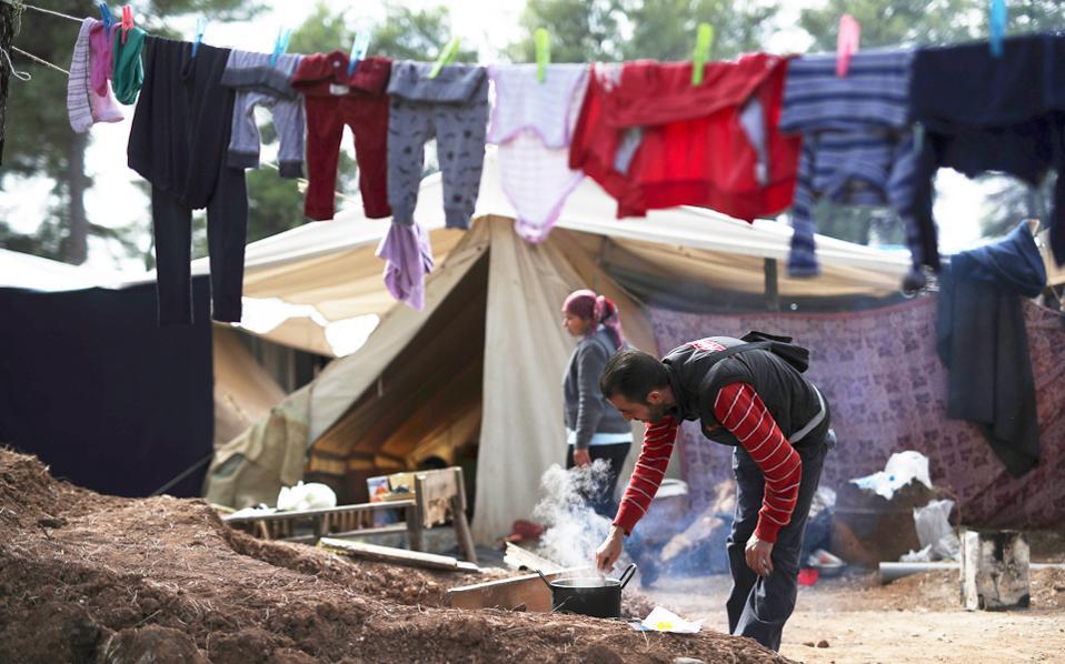 Ενας άνδρας μαγειρεύει στον προσφυγικό καταυλισμό στη Ριτσώνα. Οι Γιατροί Χωρίς Σύνορα κρούουν τον κώδωνα του κινδύνου για το προσφυγικό και κάνουν λόγο για έλλειψη πολιτικής βούλησης.