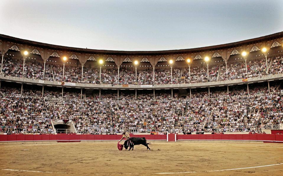 Φωτογραφία του 2011 δείχνει Ισπανό ματαντόρ στην τελευταία ταυρομαχία του, στη Βαρκελώνη.