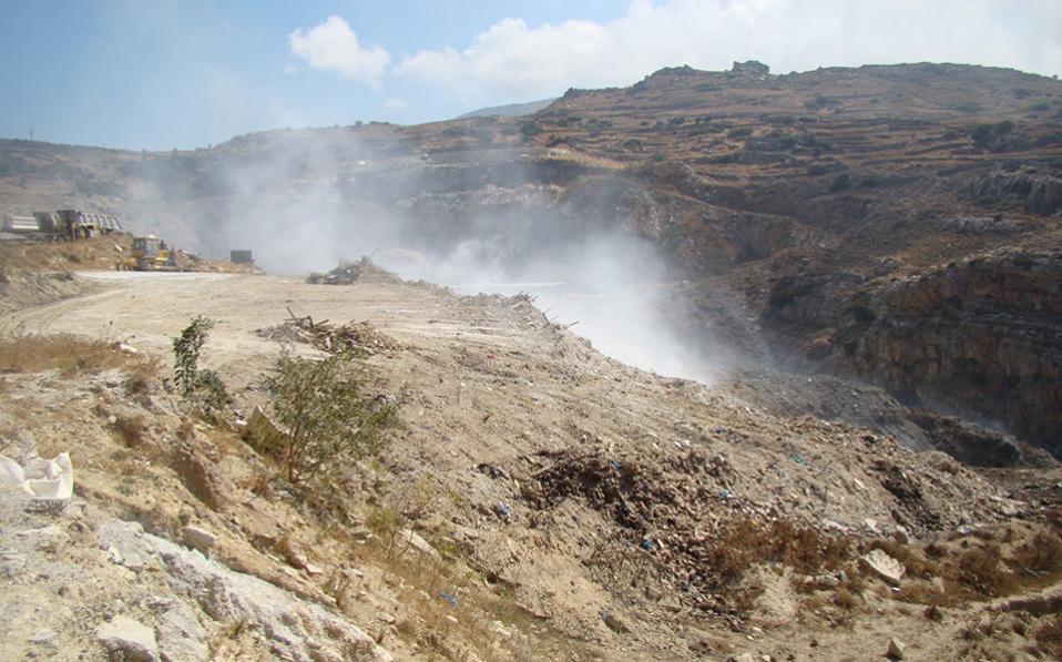 Η παράνομη χωματερή, στην οποία είχε ξεσπάσει φωτιά πριν από μερικά χρόνια, έχει κλείσει και πλέον τα απορρίμματα δεματοποιούνται.