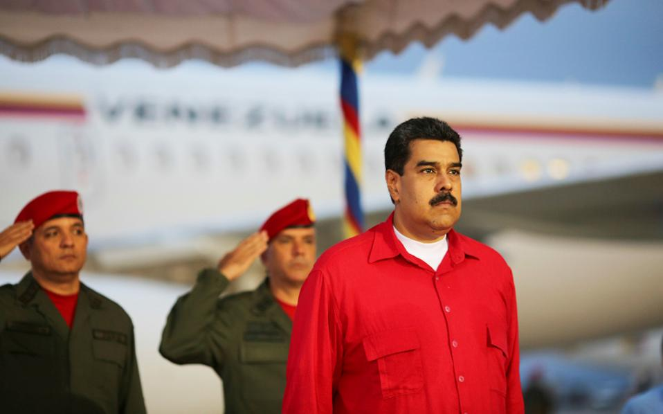 Ο πρόεδρος της Βενεζουέλας Νικολάς Μαδούρο γίνεται δεκτός με στρατιωτικές τιμές στο αεροδρόμιο του Καράκας.