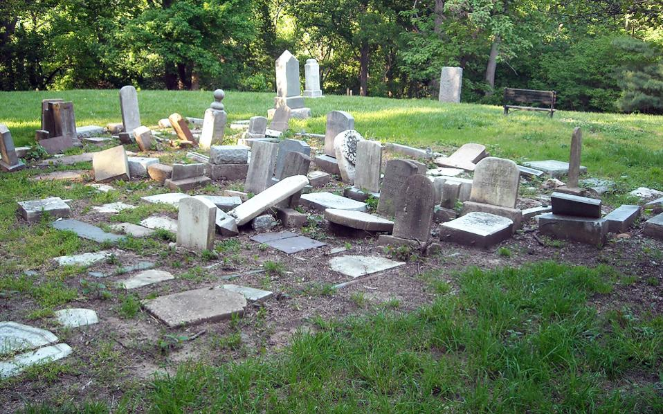 Σπασμένες ταφόπλακες και απόλυτη εγκατάλειψη στο κοιμητήριο Αφροαμερικανών «Ορος Σιών». Η τελευταία ταφή πραγματοποιήθηκε το 1950.