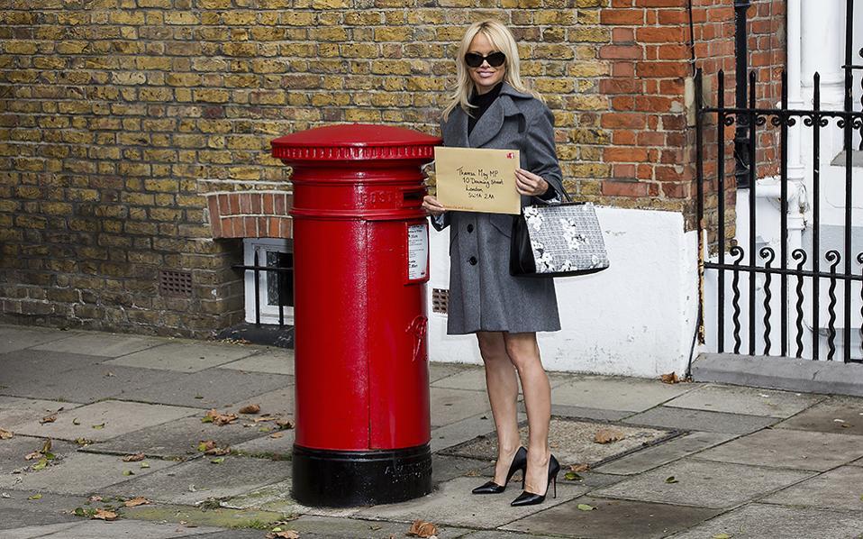 Theresa έχεις γράμμα. Η γνωστή Pamela Anderson ποζάρει δίπλα σε ένα τυπικό κουτί των βρετανικών ταχυδρομείων, ενώ στον τεράστιο φάκελο υπάρχει το αίτημα των πολιτών για την μη χρησιμοποίηση άγριων ζώων στο τσίρκο. Αποδέκτης, η Βρετανή πρωθυπουργός Theresa May. (Photo by Grant Pollard/Invision/AP)