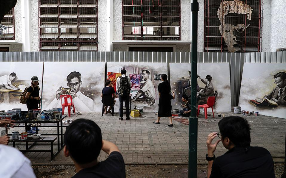 Καλλιτεχνική παραγωγή. Δεν χρειάστηκε να ψάξουν για θέμα οι φοιτητές του Πανεπιστημίου Silpakorn στην  Bangkok. Άπαντες έχουν καταπιαστεί και με ένα διαφορετικό πορτρέτο του αγαπημένου τους εκλιπόντα βασιλιά  Bhumibol Adulyadej. REUTERS/Athit Perawongmetha
