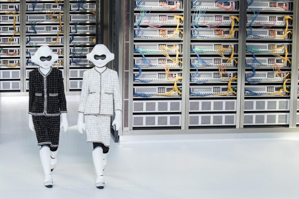 Μα πώς το κάνει; Για την ηλικία της μόδας είναι αρχαίο, και όμως αυτό το τουίντ σακάκι, τέσσερις φορές το χρόνο κάνει την εμφάνισή του στις πασαρέλες, πιο μοντέρνο από ποτέ. Έτσι και αυτή την φορά στην εβδομάδα μόδας στο Παρίσι, ο σχεδιαστής Karl Lagerfeld που για χρόνια είναι στο τιμόνι της Chanel παρουσίασε την πιο νεανική του κολεξιόν, με στραβά καπέλα, δαντέλες, μίνι και φυσικά τα γνώριμα σακάκια του οίκου. Στην φωτογραφία δύο δημιουργίες που έχουν και λίγο από τον πόλεμο των Άστρων, έτσι για να μην ξεχνάμε το χιούμορ.  EPA/ETIENNE LAURENT