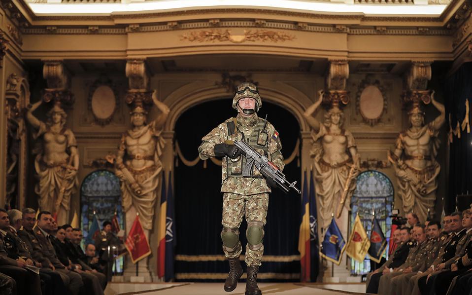 Τι μοντέλο! Ο στρατός της Ρουμανίας γιορτάζει την απελευθέρωση της χώρας από τους Ναζί, και,μέσα σε όλα, κάνει και πασαρέλα. Έτσι ο συμπαθέστατος στρατιώτης, περπατά με δύναμη και αποφασιστικότητα φορώντας τις μελλοντικές στολές μάχης και εντυπωσιάζει τους ιθύνοντες. (AP Photo/Vadim Ghirda)