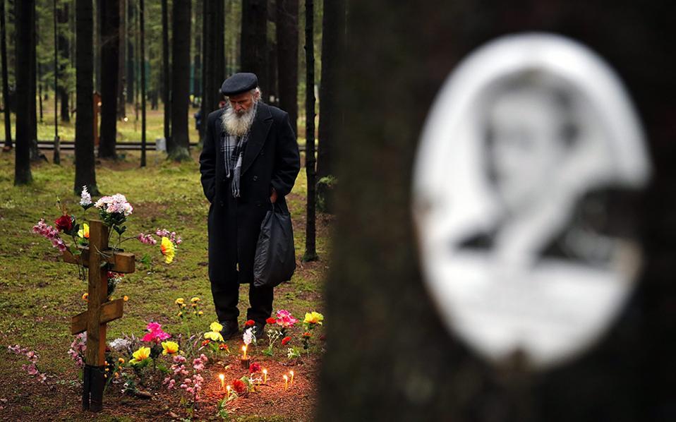 Τα θύματα του Στάλιν. Εκεί όπου κάθε πυροβολισμός έδιωχνε τα πουλιά μακριά, στο δάσος του Levashovo κοντά στην Αγία Πετρούπολη, συγκεντρωθήκαν εναπομείναντες συγγενείς των θυμάτων του 1937-1938. EPA/ANATOLY MALTSEV