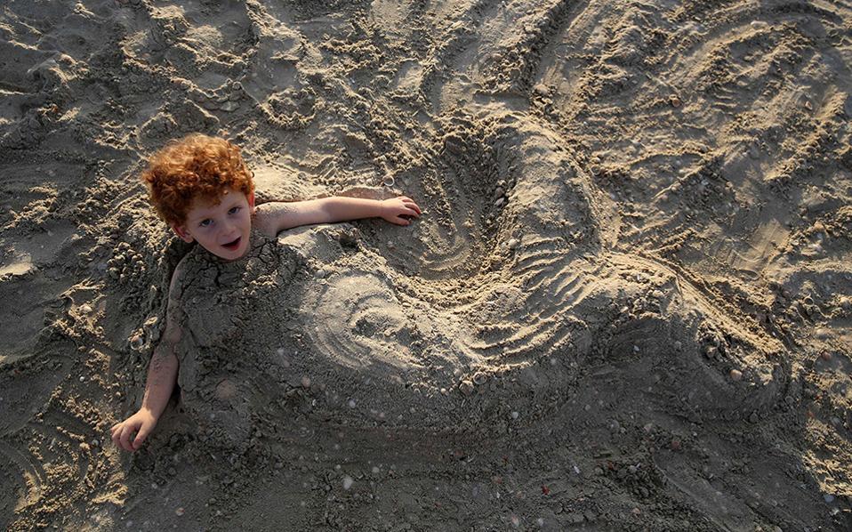 Το γοργονάκι. Στην θάλασσα πέρασαν αρκετοί Ισραηλίτες την αρχή του Yom Kippur, την σπουδαιότερη γιορτή του Ιουδαϊσμού. Στην φωτογραφία ένας κοκκινομάλλης πιτσιρικάς ποζάρει για τον φακό στην παραλία του χωριού Habonim. AFP / MENAHEM KAHANA