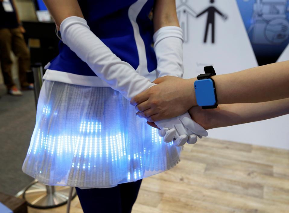 Μου ανάβεις την φούστα; Δυο κοπέλες παρουσιάζουν το  Panasonic's Human Body Communication Device στην έκθεση CEATEC JAPAN 2016 στο  Makuhari Messe της Chiba. Η συσκευή που φοριέται στο χέρι έχει την ικανότητα να αλλάζει τα led χρώματα της φούστας με την επαφή των δυο κοριτσιών.  REUTERS/Toru Hanai