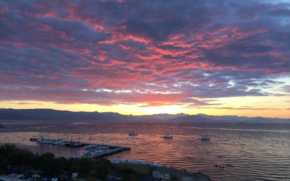 Aνατολή στον κόλπο της Γαρίτσας με τα πυρακτωμένα σύννεφα να υποκλίνονται στον ήλιο. (Φωτογραφίες Eλένη Mπίστικα, Kέρκυρα 8-9/10/2016)