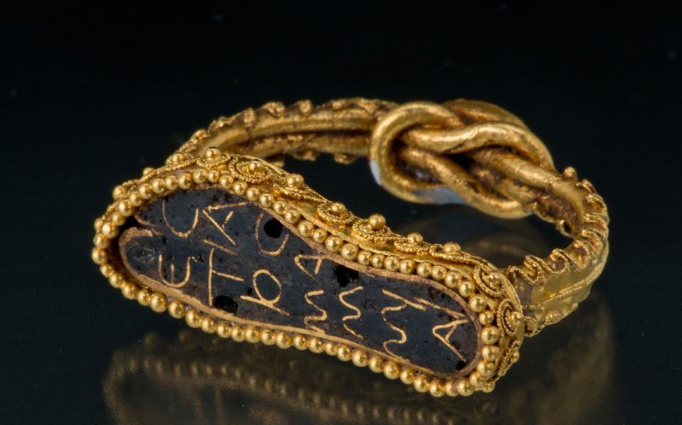 Χρυσό δαχτυλίδι με ιδιαίτερο σχήμα, ένα από τα κοσμήματα που ήρθαν από το Ερμιτάζ.