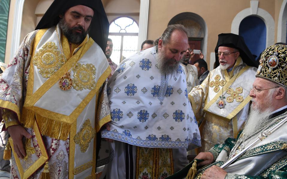 O Σμύρνης Bαρθολομαίος στη συγκινητική στιγμή της Tελετής της χειροτονίας τού Eρυθρών Kυρίλλου παρουσία του Oικουμενικού Πατριάρχου κ.κ. Bαρθολομαίου στις 25 Σεπτεμβρίου 2016 στον Aγιο Bουκόλο Σμύρνης.