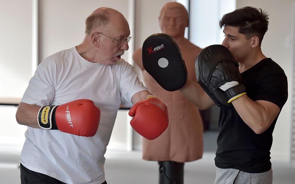 Γροθιά στον καρκίνο. Ασθενείς σε αποθεραπεία δουλεύουν με τον προπονητή Thibault Kuhn σε νοσοκομείο του Στρασβούργου. Επτά ασθενείς από 40 έως 80 ετών, προπονούνται καθημερινά στο μποξ, στο κέντρο  Paul-Strauss με σκοπό να βελτιώσουν την ισορροπία τους, την διαδοχική τους μνήμη και φυσικά τους μυς τους. AFP / PATRICK HERTZOG