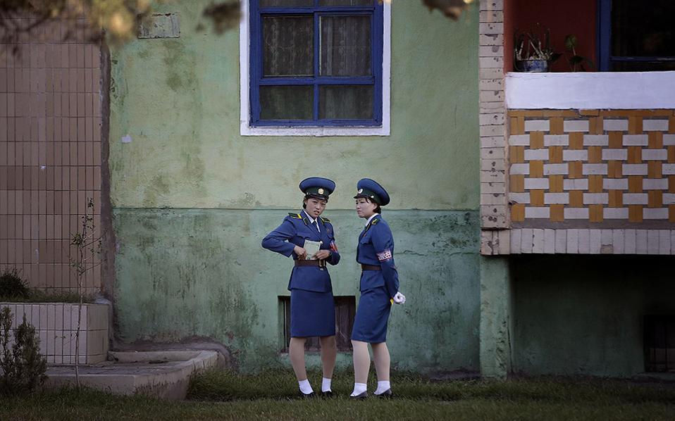 Καρτ-ποστάλ. Καμιά επεξεργασία και κανένα φίλτρο για τις φωτογραφίες της Βορείου Κορέας. Η εικόνα μοιάζει παλιά αν και τραβηγμένη μόλις σήμερα, καθώς το καθεστώς έχει παγώσει τον χρόνο και τις ζωές των κατοίκων, στο παρελθόν. (AP Photo/Wong Maye-E)