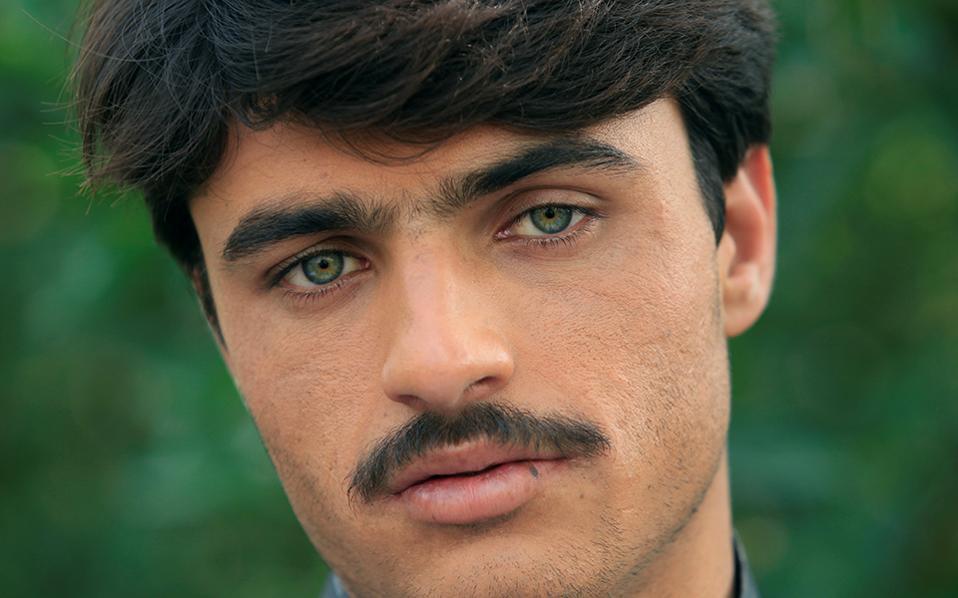 Λαγνεία από το Πακιστάν. Ενα ντοκιμαντέρ που σε κάποια πλάνα του εστίαζε στο πρόσωπο του εικονιζόμενου Arhad Khan, ήταν η αφορμή για την φρενίτιδα που ξέσπασε για την ομορφιά και το σπάνιο χρώμα των ματιών του. Ο παρασκευαστής τσαγιού παράτησε την δουλειά του, φόρεσε τα καλά του και περιφέρεται στο Islamabad βγάζοντας selfie με τους περαστικούς (μόνο άνδρες) ενώ  ευελπιστεί σε καλύτερες μέρες με την καριέρα μοντέλου που του έχουν τάξει.  REUTERS/Faisal Mahmood