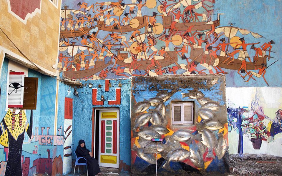 Δωρεάν καμβάδες. Για τρίτη  χρονιά, η πόλη των ψαράδων Burullus διοργανώνει ένα πρωτότυπο καλλιτεχνικό φεστιβάλ που δίνει χρώμα και ζωντάνια στην πόλη. Καλλιτέχνες από όλη την Αίγυπτο αλλά και από το εξωτερικό μπορούν να χρησιμοποιήσουν σαν «καμβά» για τα έργα τους ένα από 100.000 σπίτια της πόλης. Στην φωτογραφία έργο των  Alaa Awad, Moataz El-Emam, Alaa Abboul Hamad, και Adel Mustafa.  AP Photo/Amr Nabil