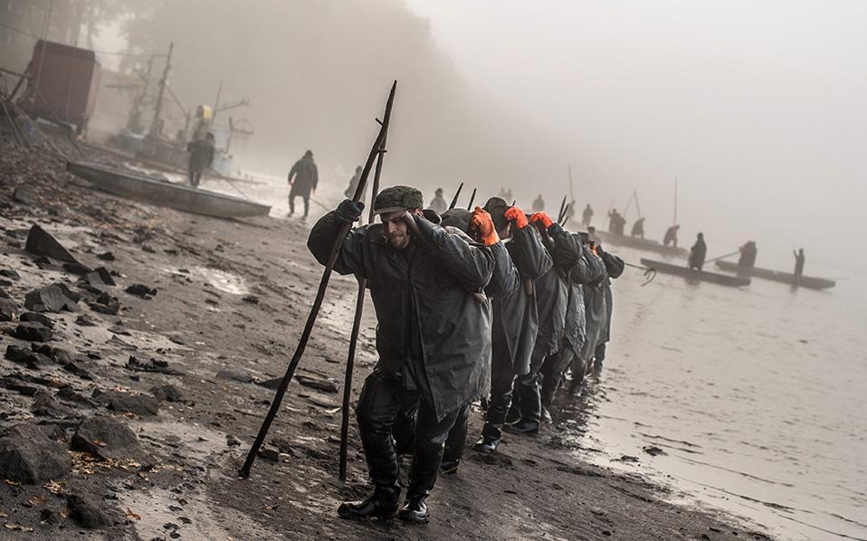 Τελετή. Το παραδοσιακό χριστουγεννιάτικο γεύμα προετοιμάζουν στην Τσεχία. Σύμφωνα με το έθιμο την παραμονή των Χριστουγέννων στο τραπέζι σερβίρεται κυπρίνος ο οποίος ψαρεύεται τώρα. Οι ψαράδες στις λίμνες της Βοημίας με ένα εντυπωσιακό τελετουργικό που μετρά στα βάθη του χρόνου συλλέγουν τα ψάρια τα οποία κρατούν ζωντανά μέχρι δυο τρεις μέρες πριν από τις γιορτές. Στην φωτογραφία οι ψαράδες μετακινούν τις βάρκες με τα ψάρια στην λίμνη Zablatsky κοντά στο  Τrebon.  EPA/FILIP SINGER