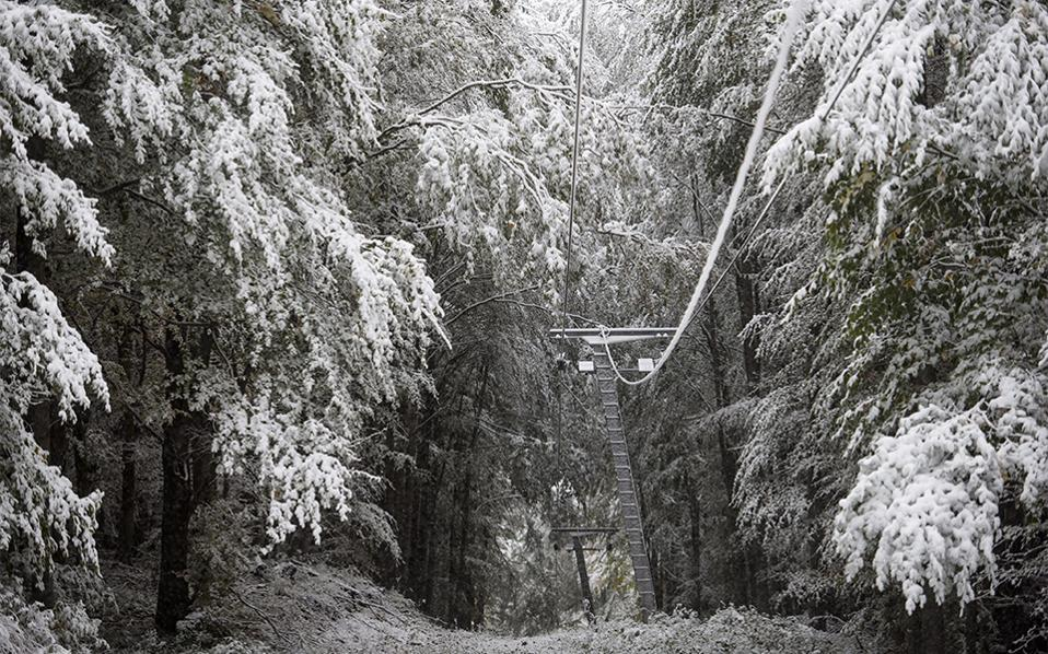 Χειμώνας. Αν και το πρώτο χιόνι έχει ήδη πέσει στην Γερμανία, ήρθε η σειρά και της Ουγγαρίας. Στην φωτογραφία το βουνό Kekesteto με την υψηλότερη κορυφή της χώρας, με ύψος 1,014 μέτρα, ντυμένη στα λευκά.  EPA/Peter Komka
