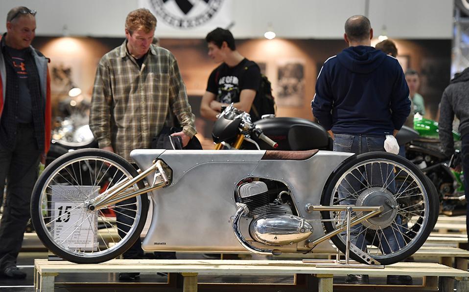 Παιχνίδια για αγόρια. Επισκέπτες θαυμάζουν μια χειροποίητη μοτοσικλέτα στην έκθεση INTERMOT 2016 που λαμβάνει χώρα στην Κολωνία. Στη έκθεση μπορεί να δει κανείς διάφορους τύπους δίτροχων, όπως scooter και μοτοσικλέτες μέχρι τα γρηγορότερα οχήματα αγώνων και χειροποίητα αριστουργήματα. (AP Photo/Martin Meissner)