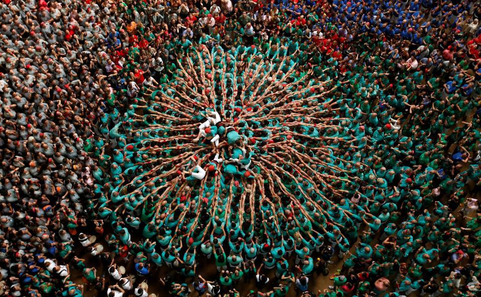 Όταν οι άνθρωποι ενώνονται. Πλάτη με στήθος, χέρι με χέρι και με φροντίδα για τον δίπλα. Έτσι έφτιαξαν τον πύργο τους (castell) έτσι τον διέλυσαν χωρίς να χτυπήσει κανείς. Στην Tarragona της Ισπανίας διεξάγεται και φέτος το φθινόπωρο το Castellers de Vilafranca. REUTERS/Albert Gea