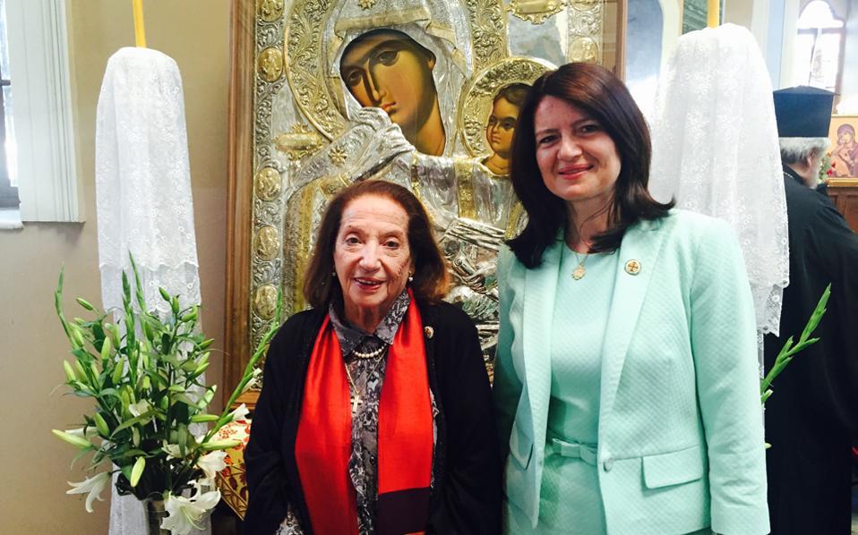 Mπροστά στο εικόνισμα της Παναγίας η γενική πρόξενος της Eλλάδος στη Σμύρνη κ. Aργυρώ Παπούλια, Kερκυραία την καταγωγή, με την Eλένη Mπίστικα της «K» στον Aγιο Bουκόλο στις 24 Σεπτεμβρίου 2016.