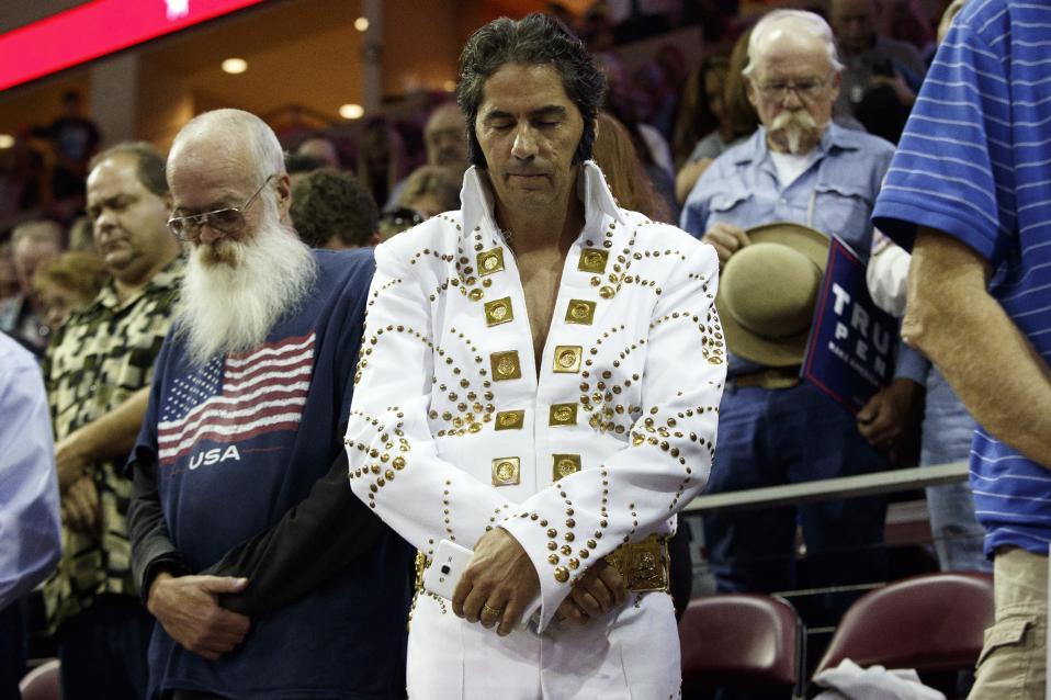 Και ένας  άνδρας. Μπορεί οι γυναίκες να ενδιαφέρονται με μανία σε ότι αφορά την μόδα και το στιλ, μόνο ένας άνδρας όμως μπορεί να βάλει ότι θέλει, όποτε το θέλει. Στην φωτογραφία ένας από τους πολλούς «διαφορετικούς» υποστηρικτές του υποψηφίου Donald Trump, σε προεκλογική συγκέντρωση στο Prescott Valley της Αριζόνα, με στολή Elvis την ώρα που προσεύχεται. (AP Photo/ Evan Vucci)