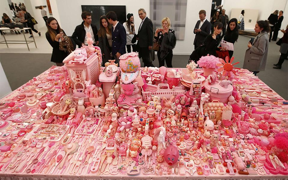 Πανδαισία του ροζ. Τις πύλες της για το κοινό άνοιξε η Frieze Art Fair στο Λονδίνο. Πλήθος κόσμου βρέθηκε εκεί για να απολαύσει έργα όπως το εικονιζόμενο «Pink Table» της Portia Munson.  REUTERS/Peter Nicholls