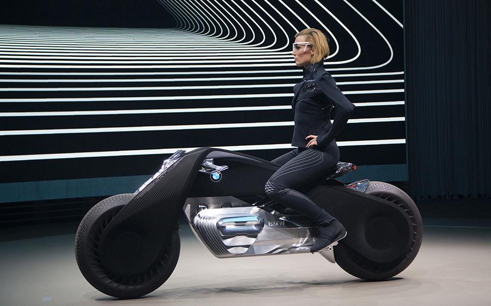 Το καλύτερο για το τέλος. Στην τέταρτη και τελευταία στάση της εκδήλωσης «Iconic Impulses», που είχε σκοπό να γιορτάσει τα 100 χρόνια της BMW, παρουσιάστηκε η μοτοσικλέτα της φωτογραφίας. Το διαμάντι αυτό, με το όνομα BMW Motorrad VISION NEXT 100, έχει την ικανότητα να ισορροπεί μόνο του και παρουσιάστηκε στην Santa Monica.  AFP / DAVID MCNEW