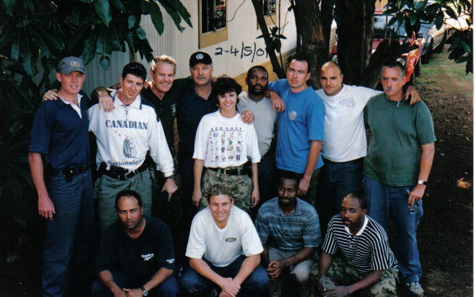 Ο Ελληνας μάρτυρας-κλειδί Αρης Δανίκας (δεύτερος επάνω αριστερά), ο «στρατηγός» Γιόχαν Μπόισον (δεξιά, δίπλα του) και ορισμένα από τα μέλη της ειδικής ομάδας «σοβαρών και βίαιων εγκλημάτων», αρκετά χρόνια πριν ξεσπάσει το σκάνδαλο.