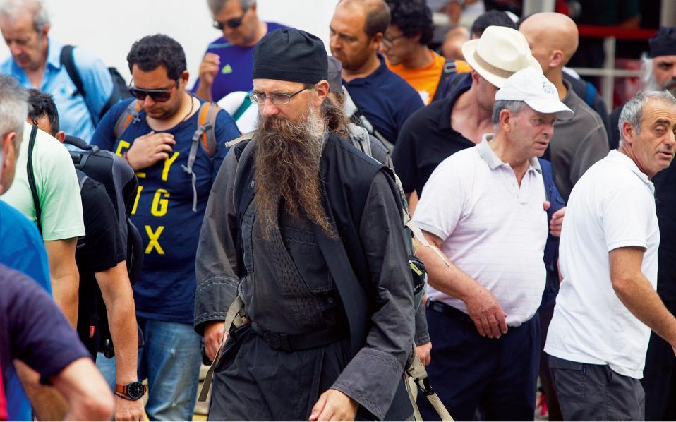 Πενήντα όλους κι όλους μόνιμους κατοίκους, μοναχούς, αριθμούν οι Καρυές. Ομως, περισσότεροι από διακόσιες χιλιάδες άνθρωποι περνούν, έστω για λίγο, κάθε χρόνο  από αυτό το μικρό διαμετακομιστικό κέντρο, για να μεταβούν  και να προσκυνήσουν στα μοναστήρια του Αθω.