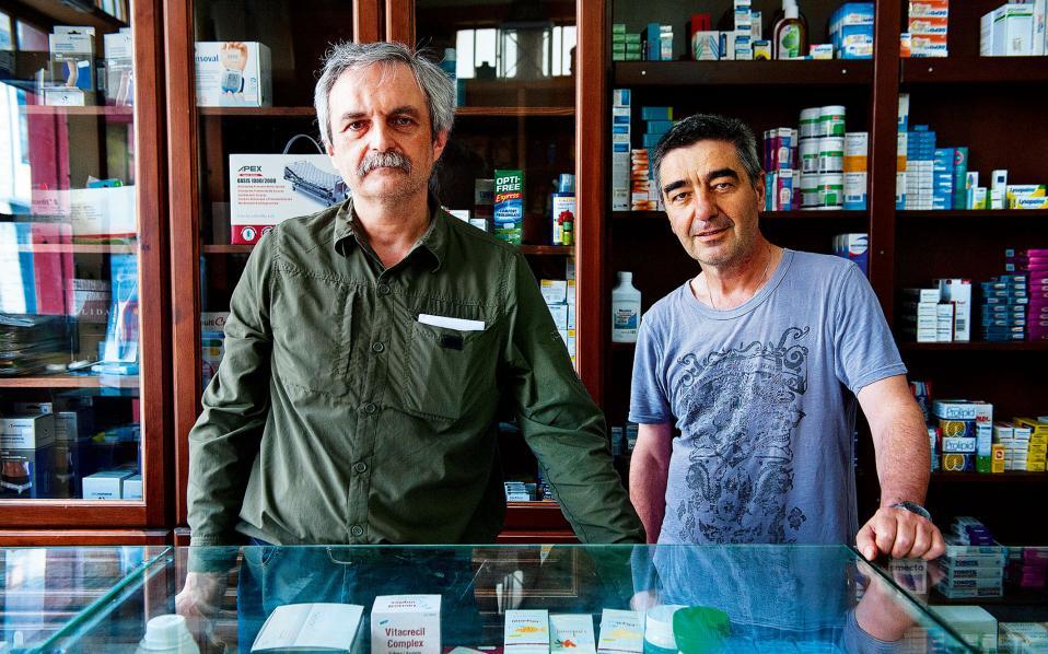 Το φαρμακείο του Σπύρου Μπαράκου (αριστερά).