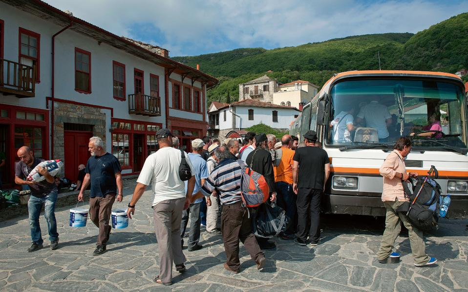 Τα λεωφορεία με τους προσκυνητές καταφθάνουν νωρίς το πρωί.