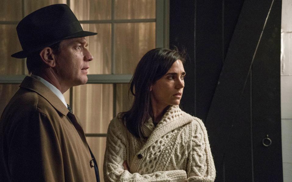 «Αμερικανικό ειδύλλιο». Ο Γιούαν Μακ Γκρέγκορ και η Τζένιφερ Κόνελι πρωταγωνιστούν στην κινηματογραφική μεταφορά του μυθιστορήματος του Φίλιπ Ροθ