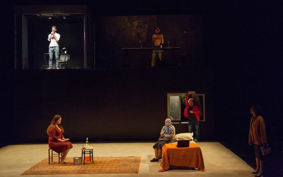Σκηνή από το έργο «While I was waiting» του σκηνοθέτη Ομάρ Αμπουσαάντα, που θα παρουσιαστεί στη Στέγη του Ιδρύματος Ωνάση.