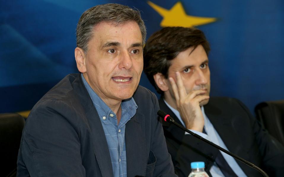 Η αρχική λίστα των δράσεων που πρέπει να ολοκληρώσει η Αθήνα για να κλείσει τη νέα αξιολόγηση αριθμεί 44 μέτρα, αλλά ήδη η κυβέρνηση έχει υλοποιήσει αρκετές. Στη φωτογραφία ο υπουργός Οικονομικών κ. Ευ. Τσακαλώτος (αρ.) και ο αναπληρωτής υπουργός κ. Γ. Χουλιαράκης.