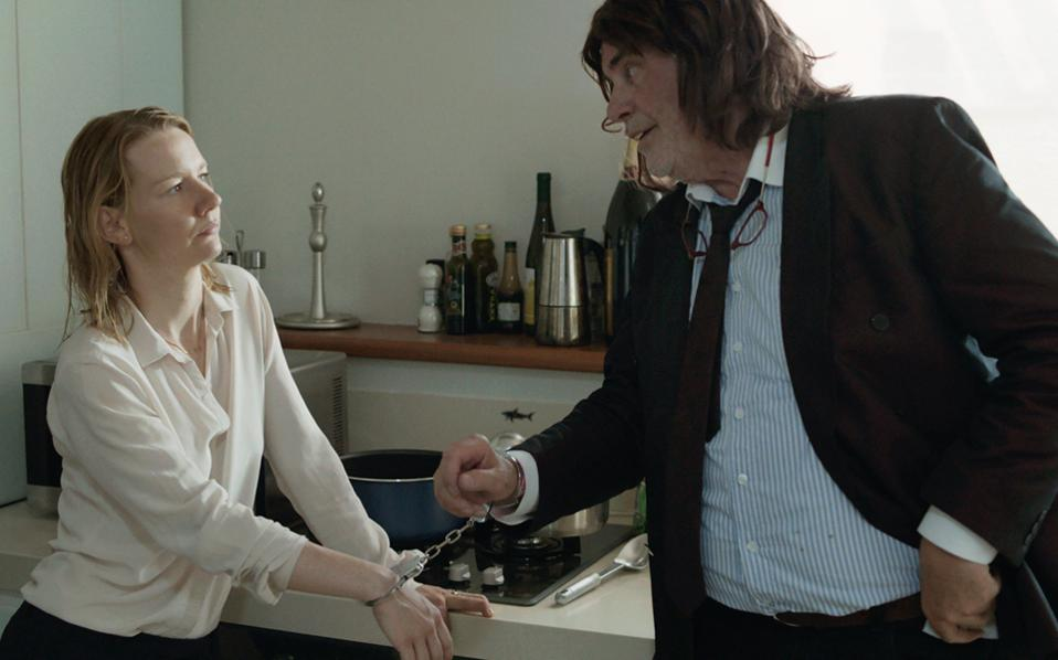 Η Ινές Κονράντι  (Σάντρα Χίλερ), που φαινομενικά ελέγχει τα πάντα γύρω της, και ο Τόνι Ερντμαν (Πίτερ Σιμόνιτσεκ), ο κλόουν που την απορρυθμίζει.