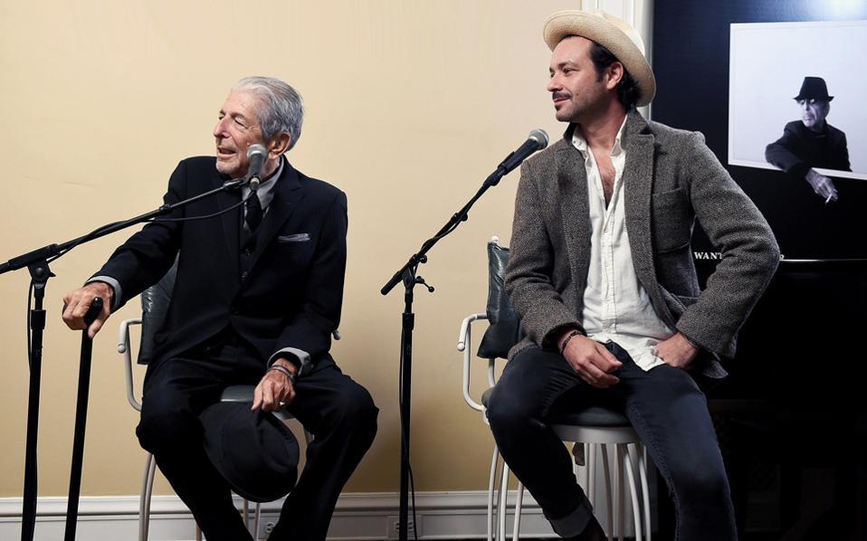 Ο Λέοναρντ Κοέν με τον γιο του Ανταμ, παραγωγό του τελευταίου του άλμπουμ, με τίτλο «You Want It Darker».