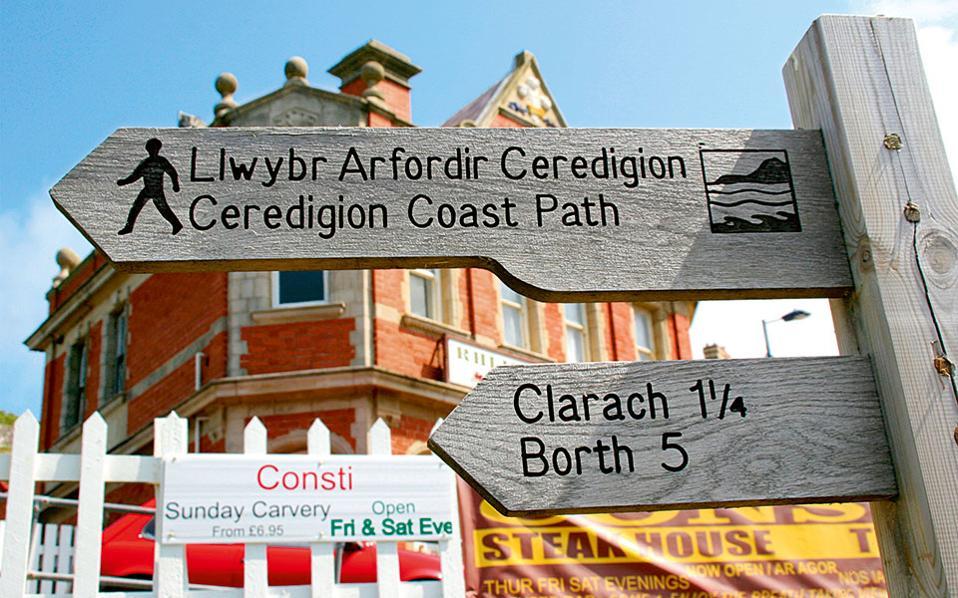 Οι δίγλωσσες πινακίδες, στα Αγγλικά και τα Ουαλικά, σηματοδοτούν όλες τις διαδρομές. (Φωτογραφία: VISUALHELLAS.GR)