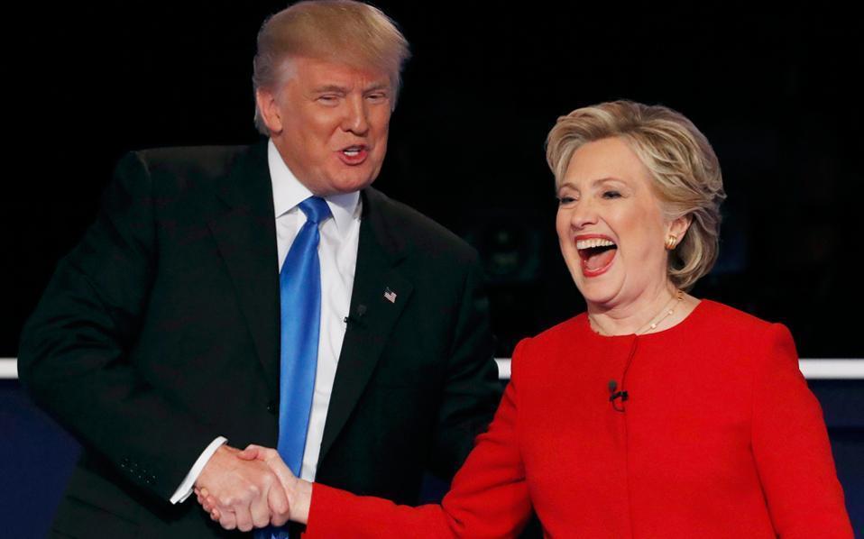Οι δύο υποψήφιοι μετά την πρώτη τους τηλεμαχία σε σπάνιες στιγμές συμπάθειας.